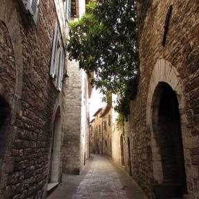 Una delle strade delle antiche botteghe