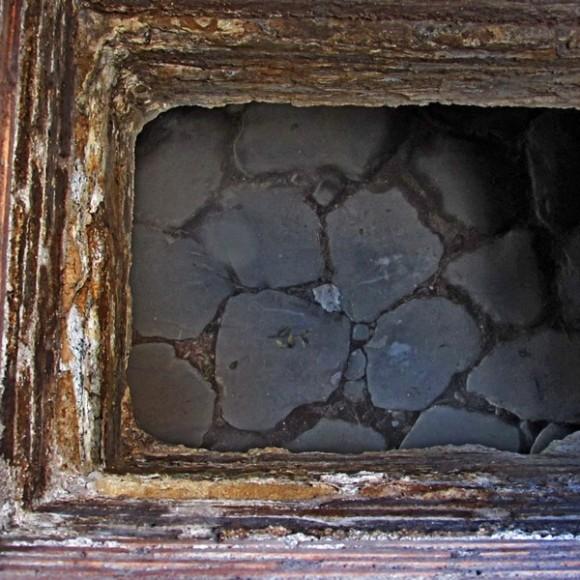Finestra a livello del terreno, in fondo la strada basolata della galleria