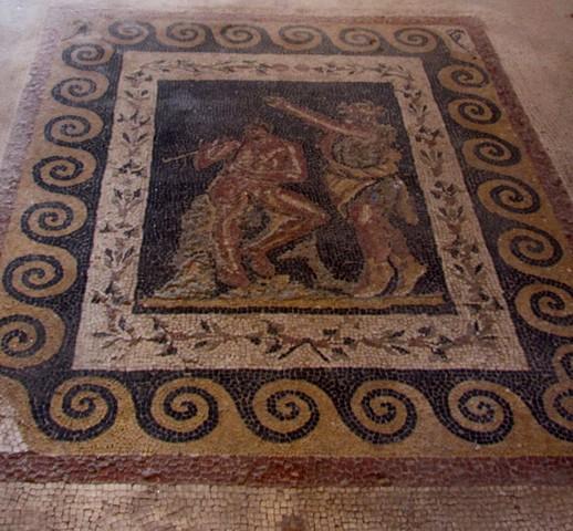 Sileno che danza al ritmo di un flauto suonato da un personaggio seduto su una roccia - Mosaico pavimentale, Casa delle Maschere - Delos