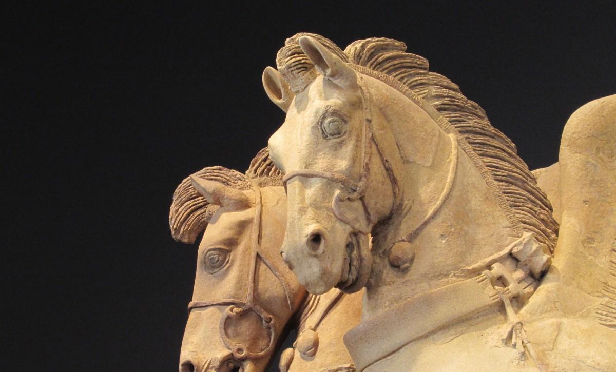 Due cavalli, un magistrato con il suo libro e un'aquila.Tarquinia, un museo da scoprire.